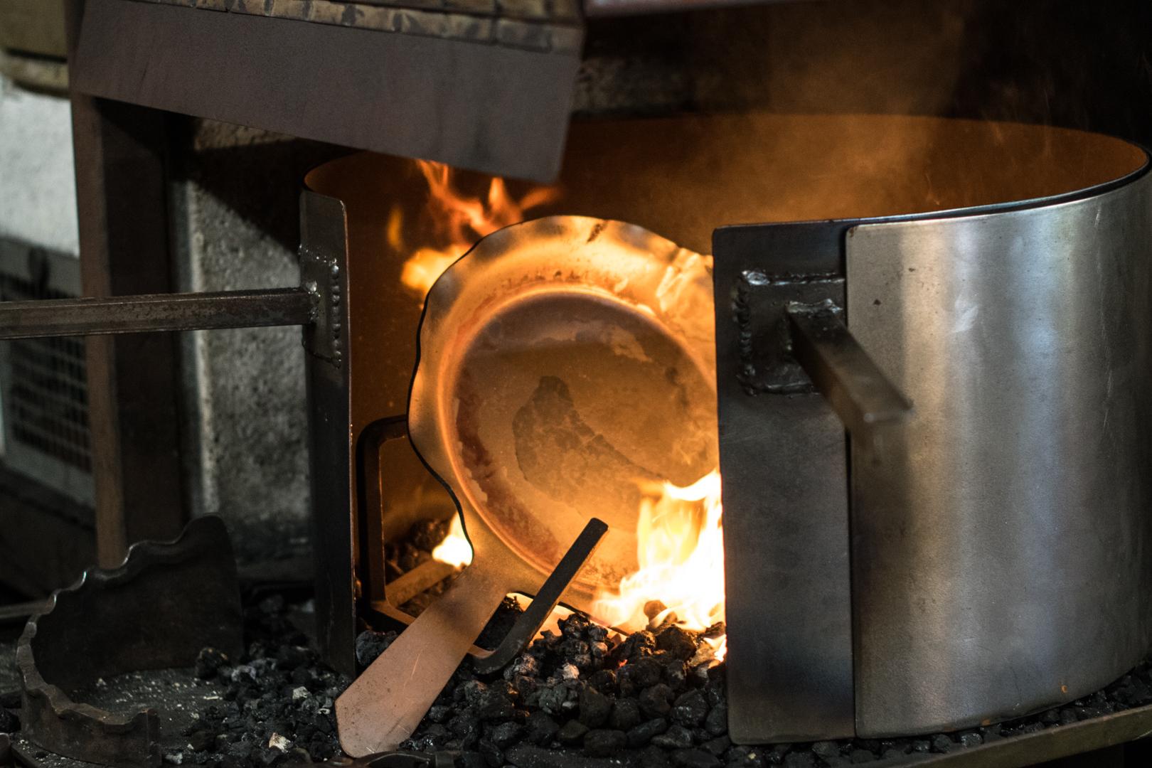 Unfertige Pfanne im Feuer erhitzen.